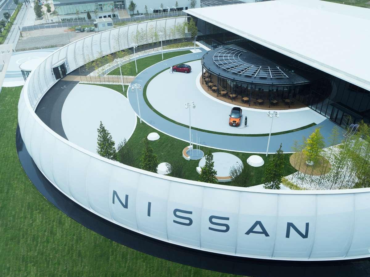Le Nissan Pavilion à Yokohama au Japon expose diverses technologies et véhicules électriques de la marque, dont le futur SUV électrique Ariya attendu l'année prochaine. © Nissan