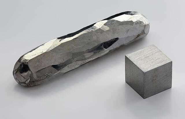Le cadmium est un métal argenté. Ici, un cube de cadmium et une barre de cadmium cristallisé à l'aide d'un flux. © Alchemist-hp, Wikimedia Commons, CC by-nc-nd 3.0