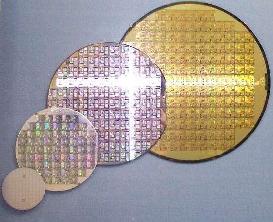Les wafers, des disques de matériaux semi-conducteurs, servent de support à la fabrication de microstructures, obtenues notamment par des techniques de gravure. © Saperaud, Wikipédia, CC by-sa 3.0