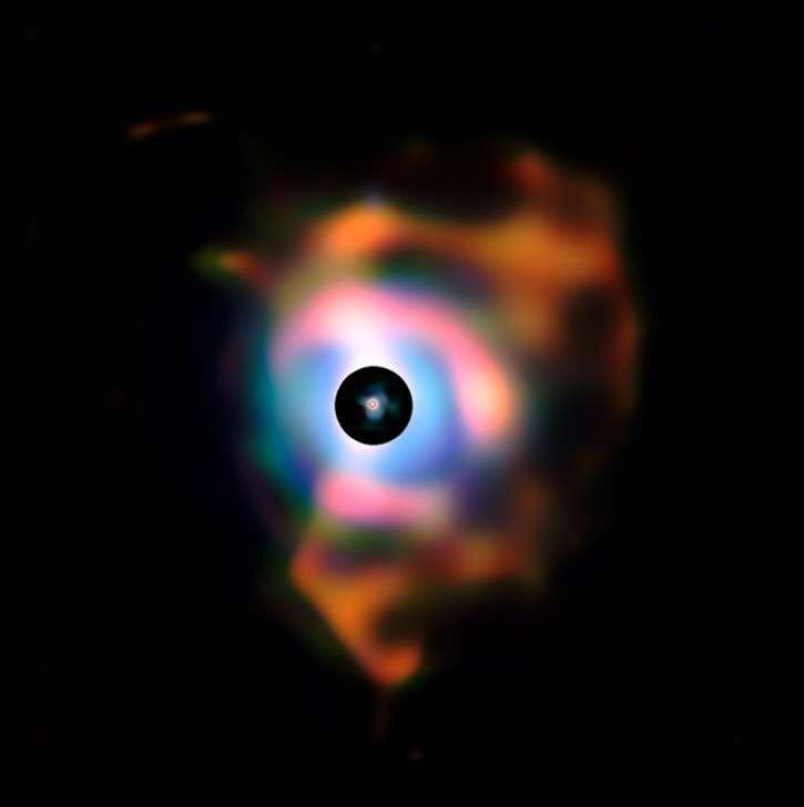 Composition d'images montrant la nébuleuse autour de Bételgeuse. Les précédentes observations obtenues avec le VLT sont représentées dans le disque central noir qui permet de masquer la partie la plus lumineuse de l'image. © ESO/P. Kervella