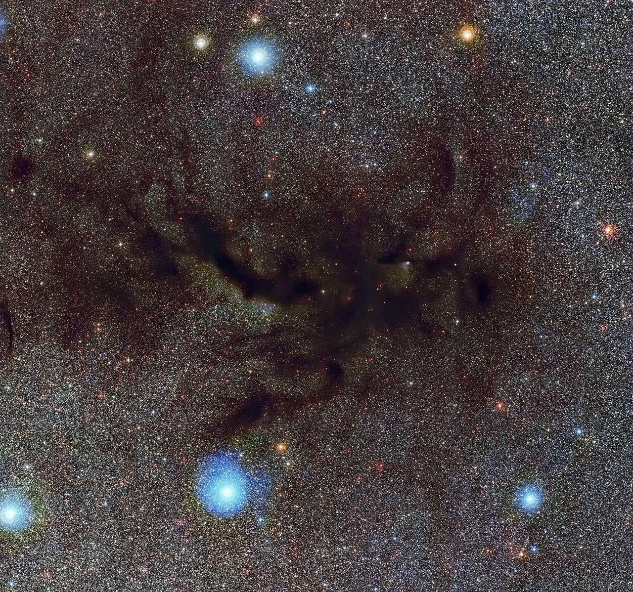 Cette image montre Barnard 59, une partie d'un vaste et sombre nuage de poussière interstellaire appelé la nébuleuse de la Pipe. Cette nouvelle image très détaillée a été réalisée par la caméra WFI (Wide Field Imager) sur le télescope MPG/ESO de 2,2 m à l'Observatoire de la Silla. © ESO
