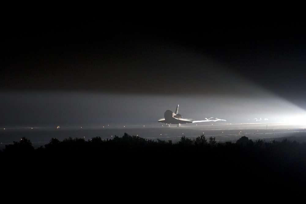 La navette spatiale Endeavour en train de réussir son dernier atterrissage sur la piste du Centre spatial Kennedy, le mercredi 1er juin 2011 à 6 h 34 mn TU. © Nasa