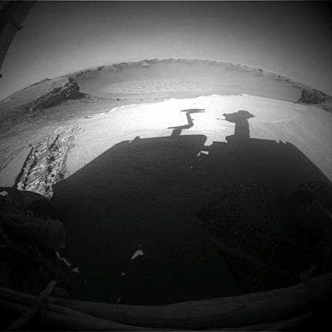 Vues depuis les caméras arrières, les traces (à gauche) laissées lors de la sortie d'Opportunity du cratère Victoria. Crédit Nasa/JPL