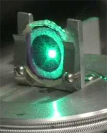 Un coup de laser rouge et les protéines atteintes changent d'état. Un coup de laser vert et elles reviennent à l'état initial. Il n'en faut pas plus pour écrire des 0 et des 1… © Amitabh Avasthi: / Technology Review