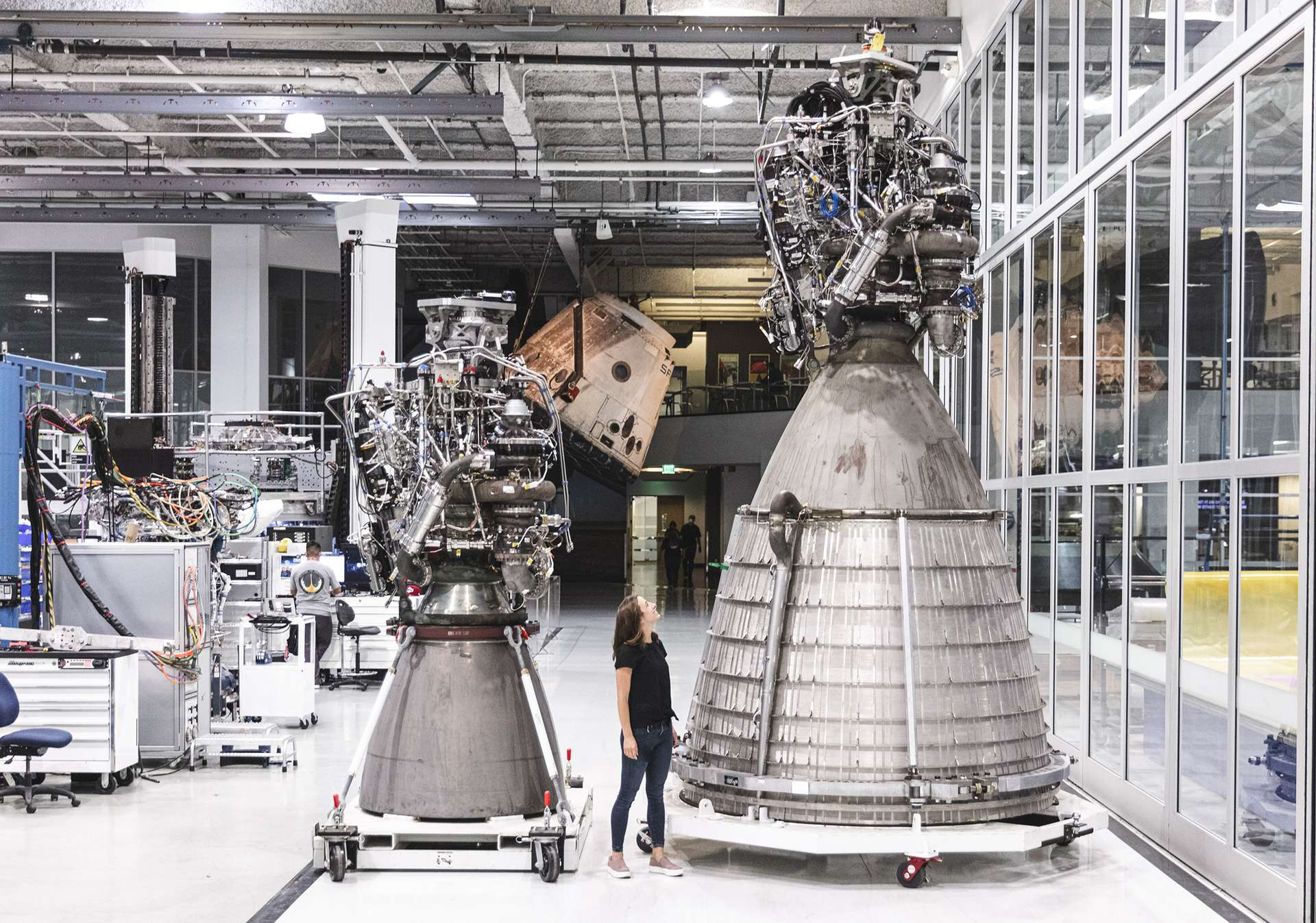 Étonnamment, il s'agit de deux moteurs Raptor identiques qui seront utilisés sur le Starship. Seule la tuyère diffère. À gauche, un Raptor de base, à droite le Raptor utilisé pour l'étage supérieur. © SpaceX
