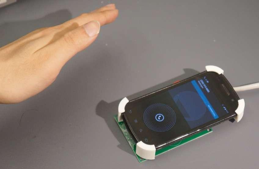 Avec SideSwipe, les chercheurs de l'université de Washington ont mis au point un système de reconnaissance des gestes qui peut fonctionner en gardant le smartphone au fond d'une poche ou d'un sac. Il repose sur des antennes qui captent le signal GSM émis par le combiné et les variations que provoque la main de l'utilisateur lorsqu'elle s'en approche. © Université de Washington
