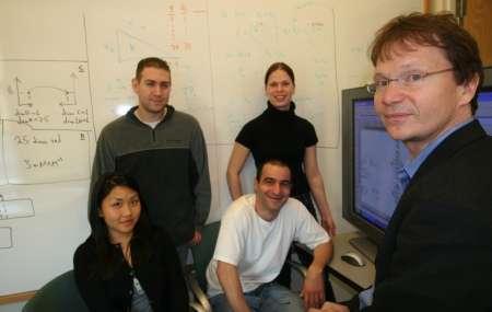 L'équipe de l'UCSD présente Bigg… De gauche à droite, Monica L. Mo, Scott A. Becker, Neema Jamshidi, Ines Thiele et Bernhard Palsson. Crédit : Jacobs School of Engineering / UCSD