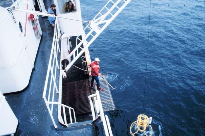 Campagne de mesure de la salinité des océans. © Capitaine Robert A. Pawlowski / NOAA