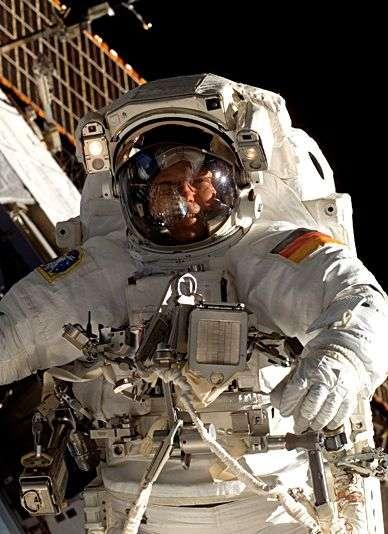 L'astronaute allemand Hans Schlegel au cours d'une mission d'assemblage de la Station Spatiale Internationale le 13 février 2008. Crédit Esa