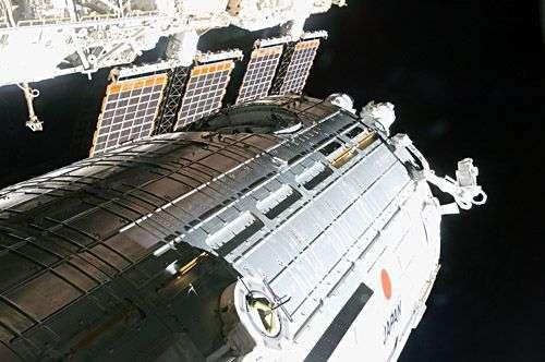 Des allures de science-fiction pour ce lourd élément principal de Kibo en train d'être acheminé vers son emplacement sur la Station Spatiale Internationale. Crédit Nasa