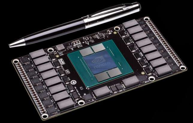Le module Pascal a été dévoilé par Jen Hsun Huang, le PDG de NVidia, lors de la conférence annuelle de l'entreprise. Cette nouvelle architecture optimise le transfert des données entre le processeur central et le processeur graphique et utilise un nouveau type de mémoire vive disposée en trois dimensions. Selon NVidia, le module présenté, qui ne fait qu'un tiers de la taille d'une carte graphique PCIe, fait entrer la puissance d'un supercalculateur dans la surface occupée par deux cartes de crédit. © NVidia