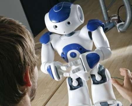 Nao, un humanoïde de 0,58 m pour 4,3 kg avec un cerveau de 256 Mo et 2 Go de mémoire Flash, le tout sous Linux. Il est entièrement programmable. Pour 12.000 euros, il sera capable de faire beaucoup de choses entre les mains de bons programmeurs. La Robocup Soccer 2010 sera un excellent banc de test... © Aldebaran Robotics