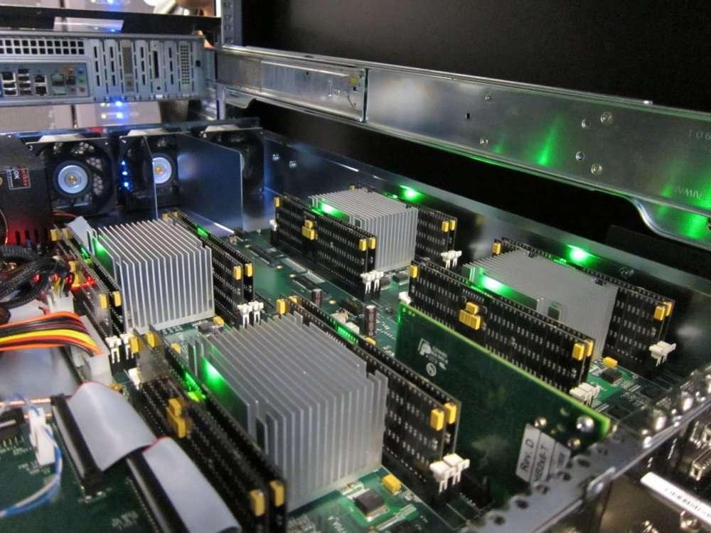 Seize barrettes PCM installées dans un PC, apportant 10 Go. On est encore loin de la miniaturisation d'une clé USB... © Non-Volatile Systems Laboratory