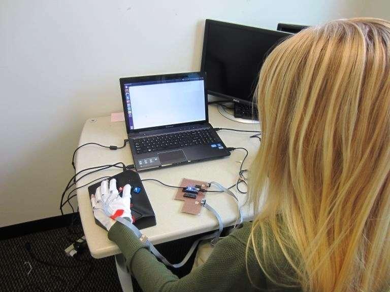Grâce à des vibrations judicieusement contrôlées, ce gant aide les utilisateurs à apprendre le Braille. Son efficacité vient d'être démontrée. © Georgia Tech