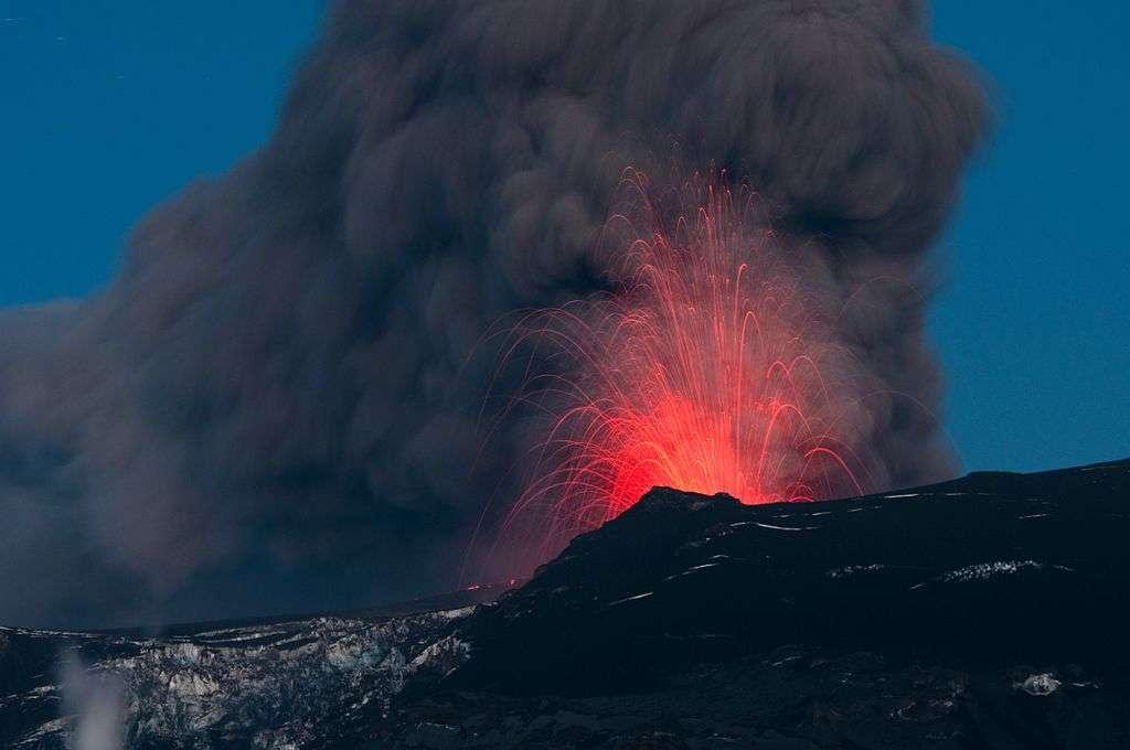 Les cendres et les panaches de fumée des éruptions volcaniques de moyenne ampleur, comme la célèbre éruption de l'Eyjafjöll, volcan islandais, en 2010 (qui avait même paralysé une partie du trafic aérien), seraient responsables d'une partie de la pause climatique. © David Karnå, Wikipédia, cc by 1.0