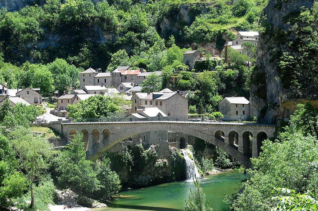 Saint-Chély-du-Tarn, l'un des plus beaux villages de France, est à découvrir lors d'une randonnée dans les gorges du Tarn. © Jean-Pol Grandmont, Wikimedia Commons, cc by sa 3.0