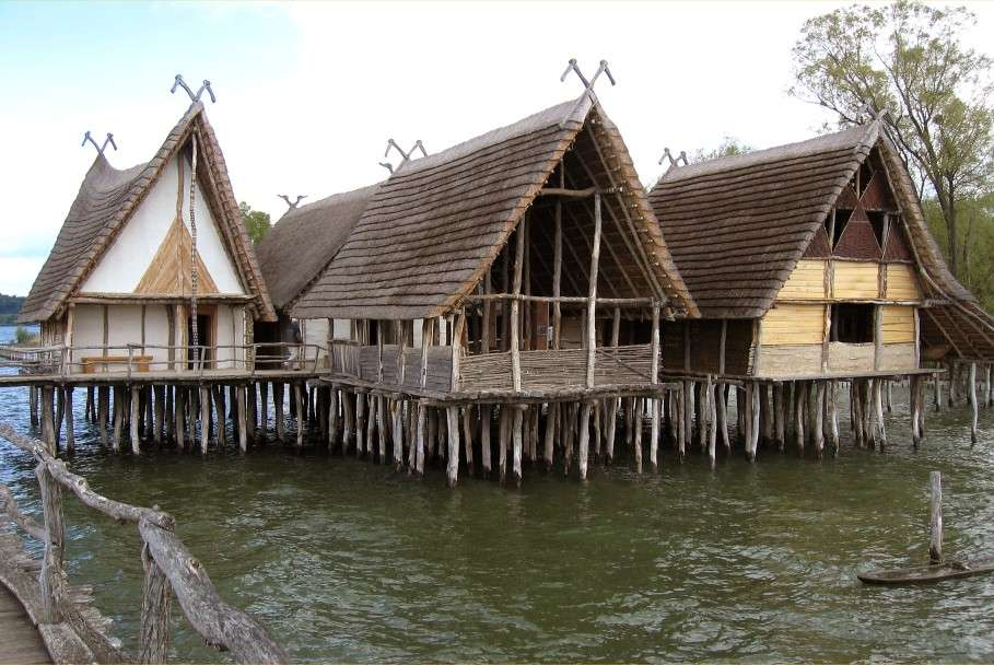 Les pilotis sont des pieux en bois servant à surélever une habitation au-dessus de l'eau. © Gerhard Schauber, Domaine public, Wikimedia Commons