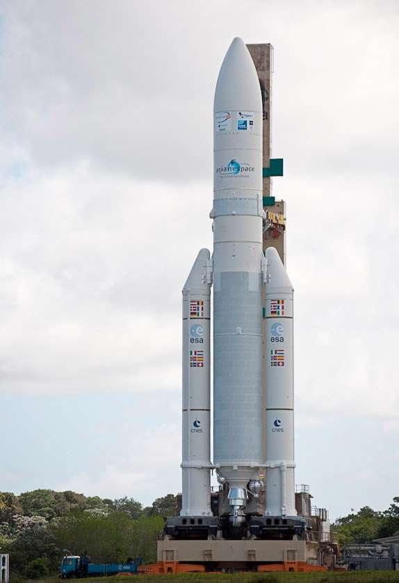 Transfert d'Ariane 5 V 198 vers son pas de tir de l'ensemble de lancement 3. Parallèlement, Arianespace et le Centre spatial guyanais poursuivent la préparation des lancements inauguraux des lanceurs Vega et Soyuz, prévus dans la première moitié de l'année prochaine. © Esa/Cnes/Arianespace/Optique video du CSG & J.M. Guillon