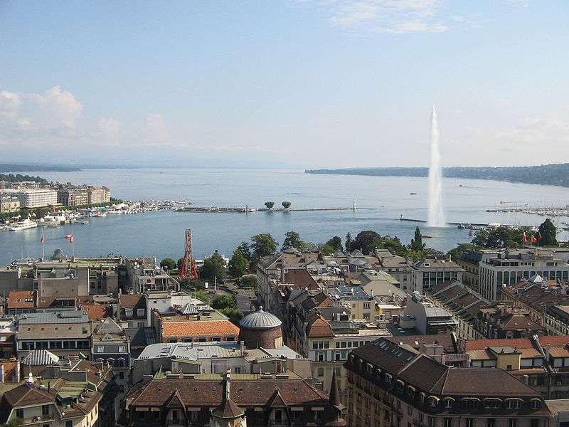 Le lac Léman, avec sa superficie de 581 km², est le plus grand plan d'eau naturel d'Europe de l'Ouest. Il est traversé d'est en ouest par le Rhône. Seuls 3 % de son rivage seraient encore sauvages. © Sylenius, Wikimedia common, CC by-sa 3.0