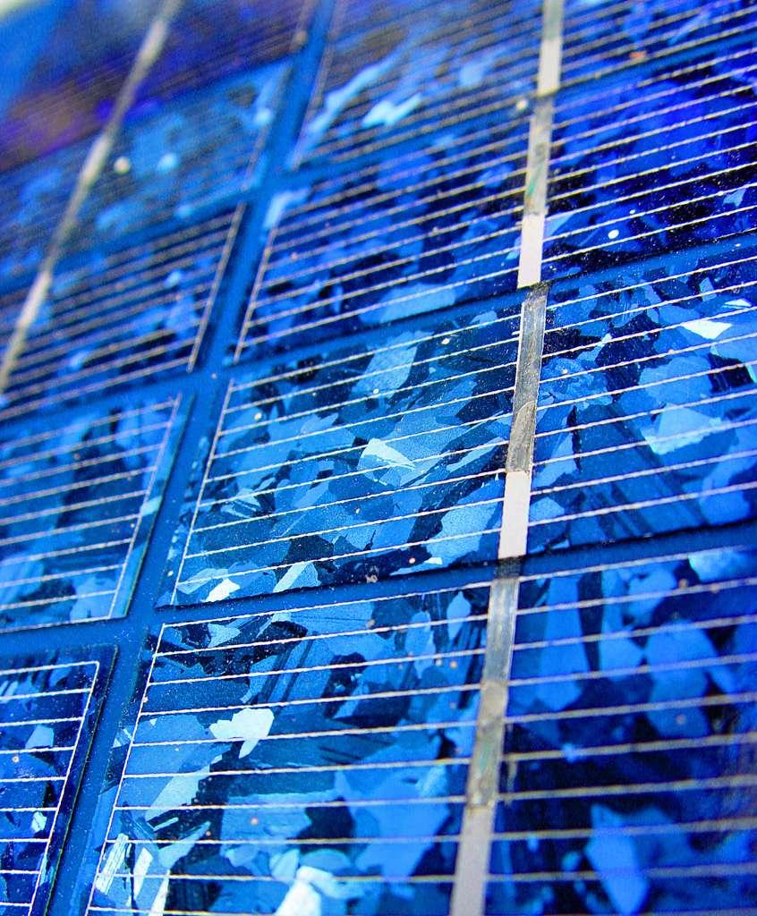 Les cellules photovoltaïques au silicium multicristallin sont aisément reconnaissables grâce aux motifs qu'elles affichent. Les cellules monocristallines sont d'un bleu uniforme. Les éléments gris correspondent aux contacts métalliques de la face avant. © Cleary Ambiguous, Flickr, cc by 2.0