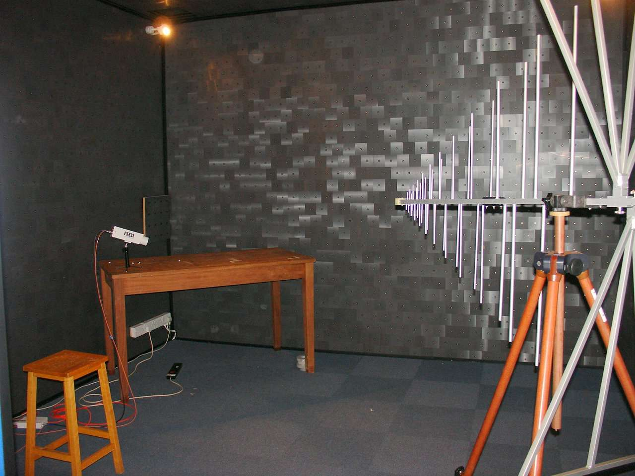 La compatibilité électromagnétique est testée dans une pièce spécialement aménagée. © Stan Zurek, CC BY-SA 3.0, Wikimedia Commons