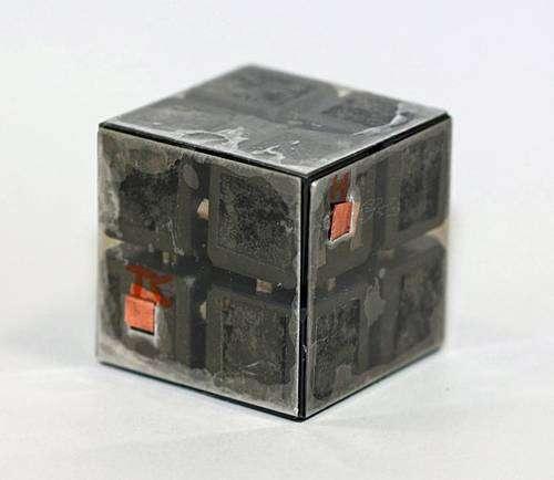 La partie centrale de la machine : Un cube incrusté de diamant enserré entre des feuilles de muscovite. Des contacts électriques en cuivre pour le chauffage sont également visibles. Crédit : Science.