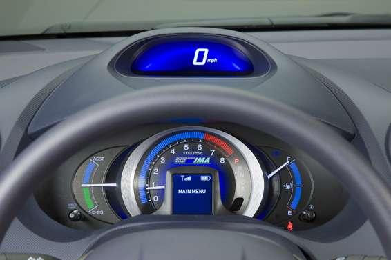 Tableau de bord de la Honda Insight, une voiture semi hybride. © Iowem CC by-nd 3.0