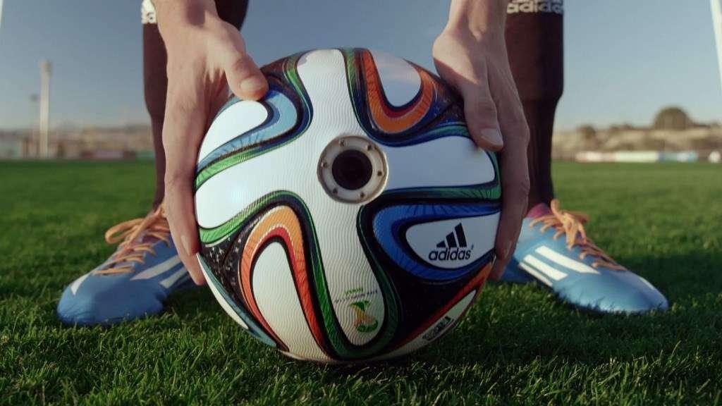 Le ballon officiel de la Coupe du monde de football 2014 a été baptisé Brazuca. Adidas, son fabricant, a créé un modèle spécial équipé de six caméras HD et d'un stabilisateur d'image afin de filmer l'action du point de vue du ballon. Ce concept va servir d'outil marketing pour promouvoir l'image de la marque à travers des vidéos. © Adidas Football