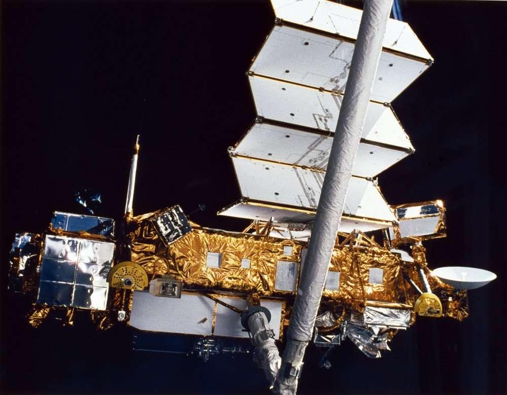 Le satellite UARS juste après son déploiement, photographié depuis la navette Discovery en 1991. © Nasa