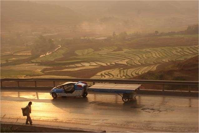 L'étrange SolarTaxi, une voiture biplace qui traîne ses cellules solaires en remorque. Elle est ici au sud de la Chine. © Equipe SolarTaxi