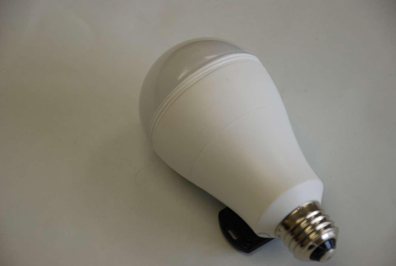 Le projet Smart Charge, qui espère être financé par l'intermédiaire du financement participatif, propose une ampoule capable de rester allumée même en cas de coupure de courant. © iFi Systems LLC