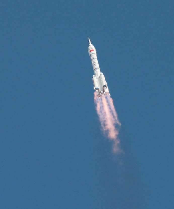 Décollage du lanceur Longue Marche 2F qui emporte le véhicule spatial Shenzhou-10, cinquième mission habitée de la Chine. © Xinhua