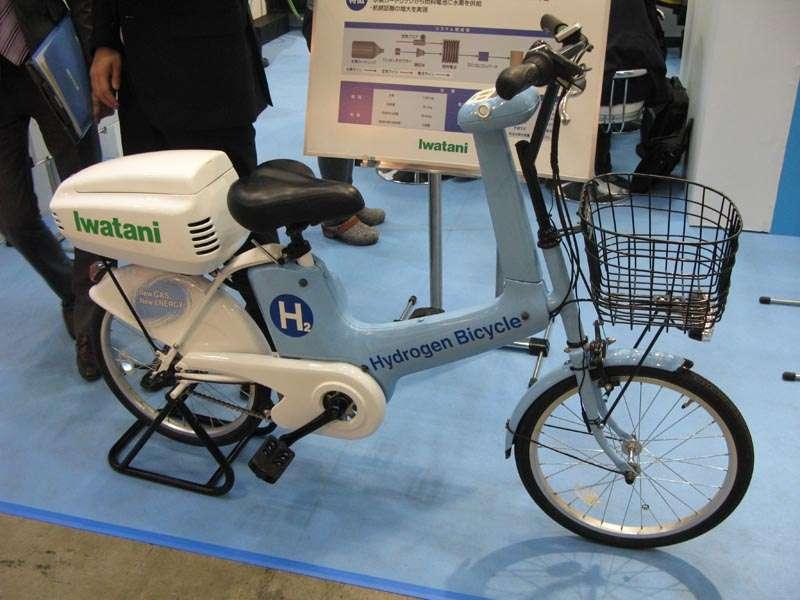 Ce vélo électrique d'environ trente kilogrammes tire son énergie de l'hydrogène emmagasiné dans une cartouche rechargeable et de l'oxygène de l'air. © Nikkei Electronics