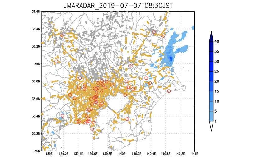 Une carte météo fournie par Toyota : les zones oranges correspondent aux voitures dont les essuie-glaces fonctionnent, tandis que les cercles rouges désignent les zones de pluie détectées par les radars. © Toyota