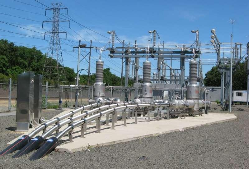 Les trois câbles à supraconducteurs plongent dans le sol pour une liaison de 600 mètres. © American Superconductor Corp.