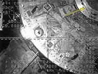 La flèche jaune montre le fragment de câble quiempêchait l'étanchéité de la jonction Progress-ISS (crédit photo : NASA)