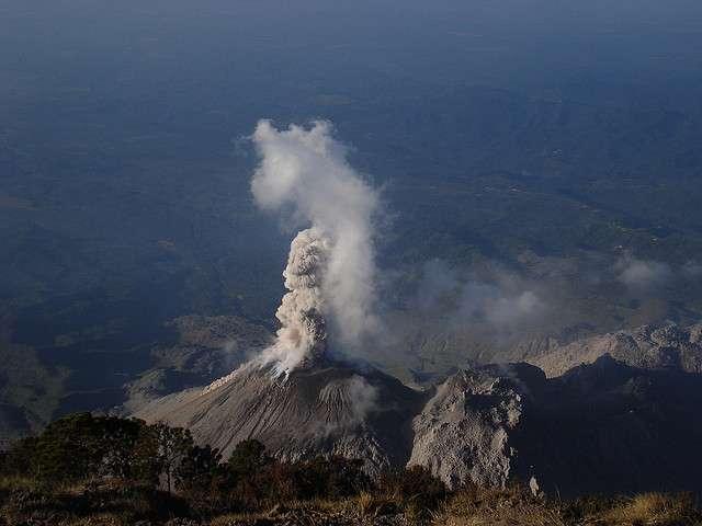 Lors des éruptions volcaniques, le manteau terrestre relâche de la vapeur d'eau. Cette eau juvénile entre pour la première fois dans le cycle de l'eau. © Luis Guillermo Pineda Rodas/guillermogg CC by-nc-sa 2.0