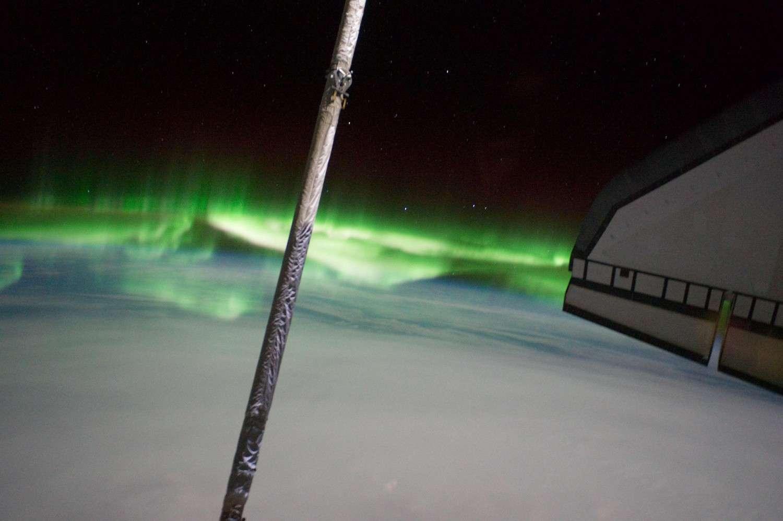 STS-135, la dernière mission du programme des navettes spatiales, est saluée par les draperies ondulantes d'une aurore polaire. © Nasa