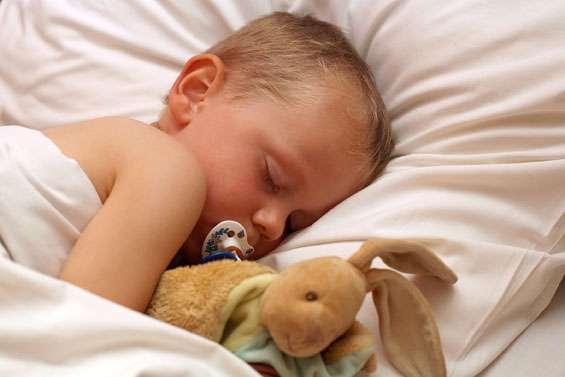 En attendant de soigner la fièvre de bébé, ne le couvrez pas trop. Une fièvre, c'est au-delà de 38 °C. © Fotolia