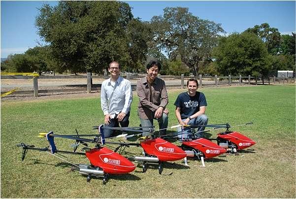 Les quatre hélicoptères de l'étude, désormais champions de voltige, devant Andrew Ng (au milieu) et deux membres de son équipe. © Stanford University