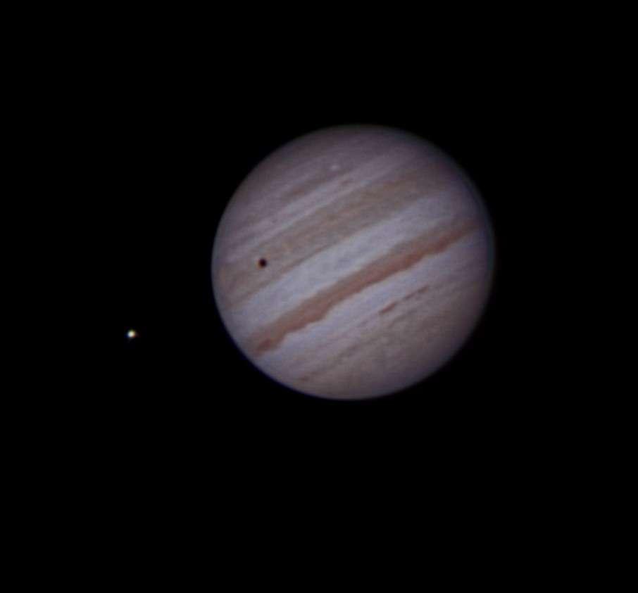 Le 26 juillet avant l'aube, Jupiter révélait la complexité de ses bandes nuageuses alors qu'un de ses satellites projetait son ombre sur le globe de la planète. © J. Blanchard