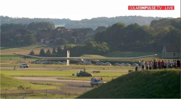 L'atterrissage du HB-SIA à Payerne, le 3 juillet à 19 h 42, devant des centaines de spectateurs. © Solar Impulse