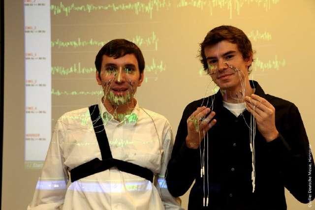 Le prototype montré au Cebit nécessite d'installer des électrodes sur le visage. Mais les chercheurs du KIT affirment qu'il serait possible de s'en passer en les incorporant dans le téléphone lui-même... © Deutsche Messe / Cebit / KIT