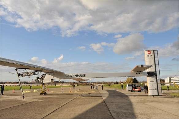Le HB-SIA vient de sortir de son hangar. La météo est bonne et, surtout, le vent au sol ne dépasse pas trois nœuds, la limite pour cet ultra-léger (1,6 tonne quand même, mais pour 63,40 mètres d'envergure). L'empennage vertical (la dérive, fixe, et la gouverne de direction) vient juste d'être installé car le hangar n'est pas assez haut pour accueillir ses 6,40 mètres de hauteur.© Solar Impulse
