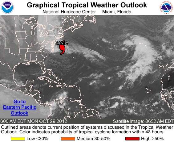 L'ouragan Sandy est très proche des côtes, cette photo satellite a été prise à 11 h 52, heure française. Les rafales de vent étaient de 136 km/h, la pression au centre de l'ouragan était de 946 hPa et la vitesse de déplacement du centre de Sandy de 36 km/h. Cet ouragan est toujours classé en catégorie 1 sur l'échelle de Saffir-Thompson. © NOAA, National Weather Service