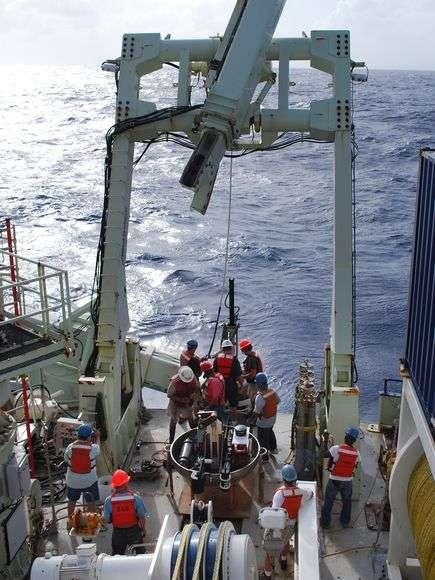 Les prélèvements de sédiments étudiés par Hans Roy ont été réalisés en janvier et février 2009 à partir du navire océanographie R/V Knorr, propriété du Woods Hole Oceanographic Institution. Mis à l'eau en 1968, ce vaisseau peut emporter 32 scientifiques pour des missions en mer de maximum 60 jours. © Hans Roy