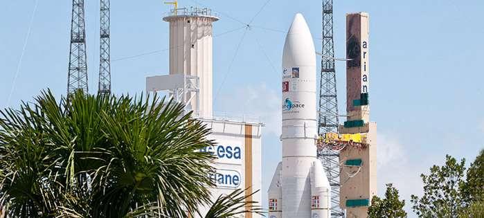 Le lanceur Ariane 5 ECA, V210, transféré du bâtiment d'intégration final à son pas de tir (ELA-3). © 2012 Esa-Cnes-Arianespace/Optique vidéo du CSG
