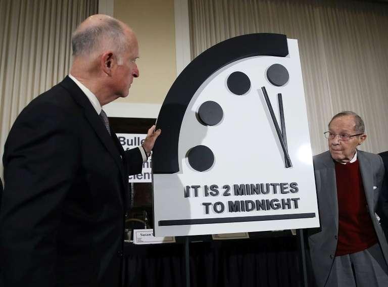 L'ancien gouverneur de Californie Jerry Brown et l'ancien ministre de la Défense américain William Perry dévoilent l'horloge de l'Apocalypse à Washington le 24 janvier 2019. L'aiguille reste sur deux minutes avant minuit, comme en 2018. © Mark Wilson - Getty Images North America/AF