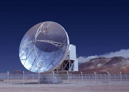 APEX, un télescope submillimétrique de 12 mètres, a été installé sur le plateau Chajnantor dans le désert d'Atacama au Chili.