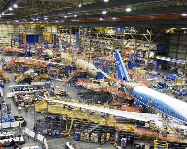 La chaîne de production des 787 à Everett (Etat de Washington), le 11 décembre 2007. Au premier plan, un 787-8 bien avancé. Derrière, l'appareil destiné aux tests statiques. © Boeing